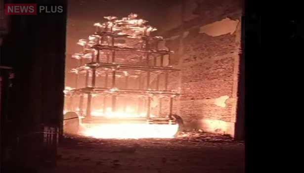 கோவில் தேர் தீப்பற்றி எரிந்தது- பக்தர்கள் அதிர்ச்சி